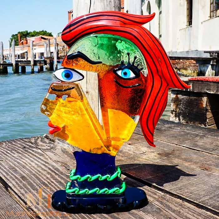 تمثال تجريدي من زجاج لبيكاسو