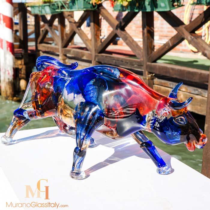 الثور الزجاجي الملون من مورانو